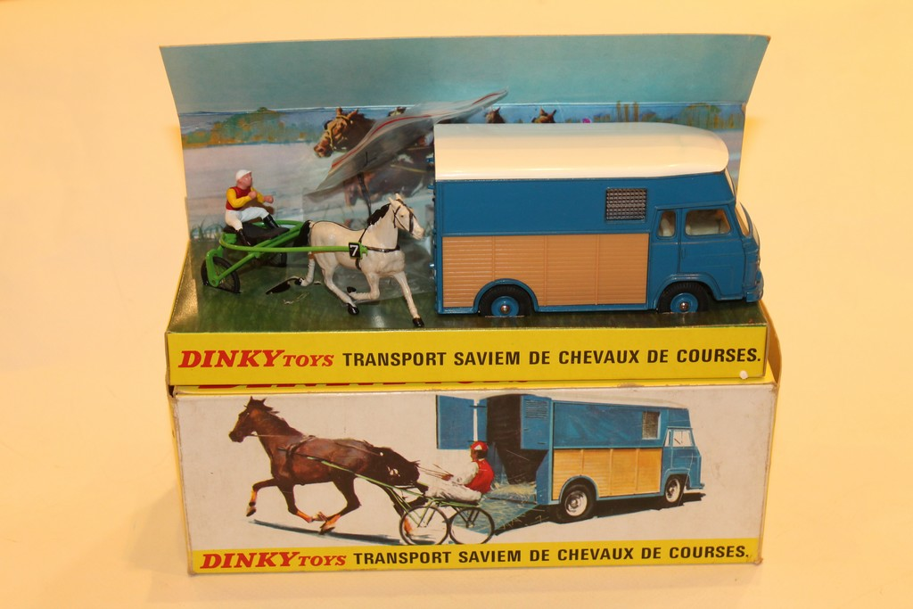 TRANSPORT SAVIEM DE CHEVAUX DE COURSE DINKY TOYS 1/43°